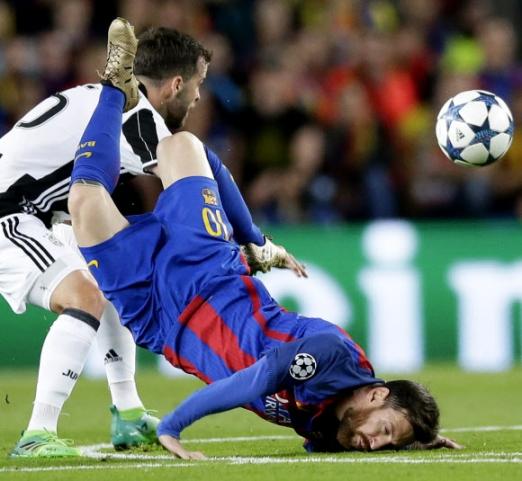 그라운드에 충돌한 메시 19일(현지시간) 스페인 바르셀로나의 캄프 누에서 열린 FC바르셀로나와 유벤투스의 2016-2017 유럽축구연맹(UEFA) 챔피언스리그 8강 2차전에서 바르셀로나의 리오넬 메시(오른쪽)가 상대팀의 미랄렘 퍄니치와 충돌한 뒤 그라운드에 얼굴을 부딪히고 있다. 메시는 왼쪽 뺨에 출혈이 있었으나, 응급처치를 받은 뒤 그라운드에 복귀했다. 이러한 메시의 투혼에도 불구하고 이날 경기는 0-0 무승부로 종료됐으며, 1, 2차전 합계 3-0을 기록한 유벤투스가 준결승에 진출했다. 2017-04-20 사진=AP 연합뉴스
