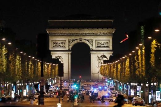 봉쇄된 샹젤리제 대로 20일(현지시간) 저녁 프랑스 파리의 샹젤리제 거리에서 경찰과 총을 든 테러 용의자 사이에 총격전이 발생한 직후 경찰이 시민들을 긴급 대피시키고 현장을 전면 통제하고 있다. 프랑스 대선 1차투표를 사흘 앞두고 발생한 이날 총격사건으로 경찰관 1명과 용의자가 숨졌다.