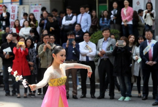 '여의도 거리에서 펼쳐지는 공연'