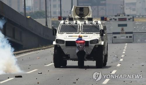 베네수엘라판 '톈안먼 탱크맨'…맨몸으로 무장트럭 맞선 여성 AFP=연합뉴스