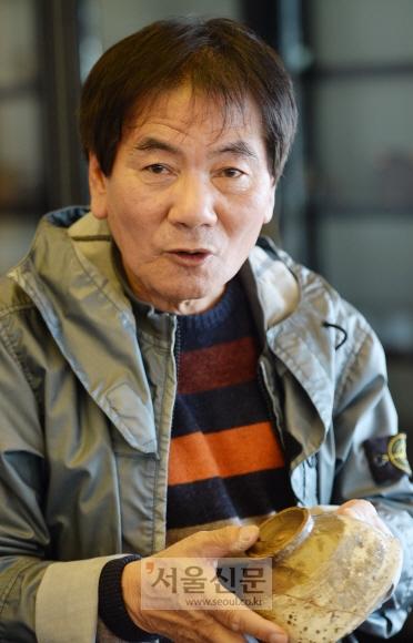 조선 도자기 컬렉터인 전기열씨가 백자 사발을 든 채 설명하고 있다. 부산 이언탁 기자 utl@seoul.co.kr
