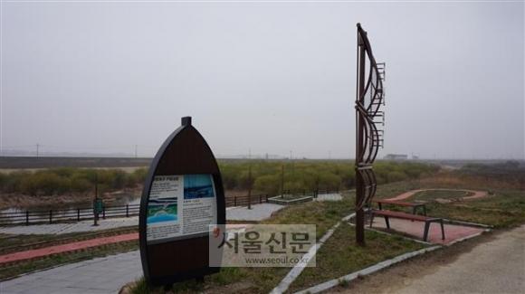 오페르트 일당이 남연군 무덤을 도굴할 당시 상륙한 삽교천 구만포. 포구로서의 기능을 잃고 허허벌판으로 변한 이곳에 구만포구 기념공원이 조성됐다.