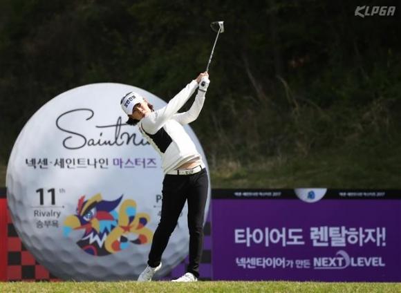 호쾌한 티샷  박주영이 21일 경남 김해시 가야컨트리클럽에서 열린 한국여자프로골프(KLPGA) 투어 넥센·세인트나인 마스터즈 1라운드 11번홀에서 호쾌한 티샷을 날리고 있다. KLPGA 제공