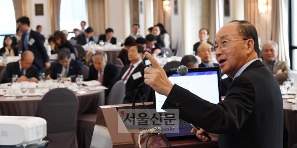21일 서울 중구 세종대로 프레스센터에서 열린 '융합상생포럼 3차 심포지엄'에서 과학기술부 장관을 지낸 김우식 창의공학연구원 이사장이 포럼에 대한 경과보고 프레젠테이션을 하고 있다. 손형준 기자 boltagoo@seoul.co.kr