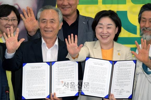 심상정(오른쪽 두 번째) 정의당 대선 후보가 21일 국회에서 안전한 먹거리, 친환경 농업정책 협약식 및 친환경대통령 선언식을 마친 뒤 기념 촬영을 하고 있다. 이종원 선임기자 jongwon@seoul.co.kr