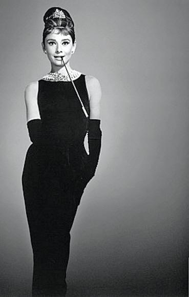 영화 '티파니에서 아침을'에서 오드리 헵번이 선보인 검은 드레스는 코코 샤넬이 1920년대 발표해 여성복 패션의 원형이 된 '리틀 블랙 드레스'의 압권으로 평가된다.  위즈덤하우스 제공