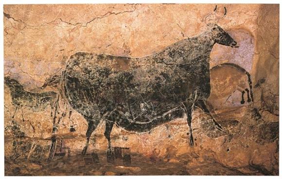 프랑스 라스코 동굴의 천장에 그려진 검은 암소. 검은 안료가 인류 역사의 초기부터 쓰여왔음을 보여 준다. 위즈덤하우스 제공