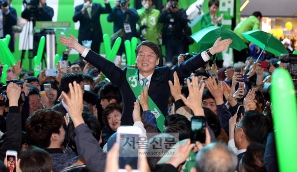 안철수 국민의당 대선 후보가 21일 부산 서면의 한 백화점 앞 유세에서 시민들의 연호 속에 두 손을 번쩍 들어 보이고 있다. 부산 강성남 선임기자 snk@seoul.co.kr