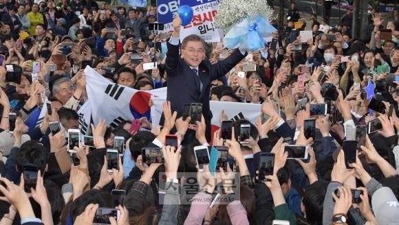 문재인 더불어민주당 대선 후보가 21일 인천 부평역 광장에서 열린 유세에서 시민들의 카메라 세례에 엄지손가락을 치켜들어 보이고 있다. 이종원 선임기자 jongwon@seoul.co.kr