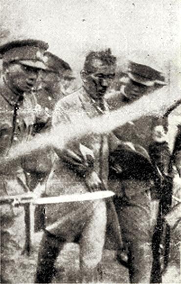 일본군에 연행되는 윤봉길 의사의 당시 모습 윤봉길(가운데) 의사가 중국 상하이 훙커우 공원에서 열린 일왕 생일 행사장에 '도시락 폭탄'을 던진 직후 체포된 모습이 담긴 1932년 5월 1일자 일본 오사카 아사히신문 사진이 21일 공개됐다. 사진을 공개한 사단법인 효창원7위선열기념사업회 상임고문 윤주(윤 의사 조카)씨는 사진 속 아래쪽에 보이는 일본군 총검(흰 물체)이 연행 당시 삼엄한 분위기를 보여 준다고 설명했다. 연합뉴스