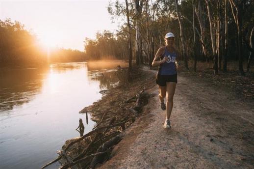 40일 동안 40개 마라톤 대회를 완주하는 호주의 환경운동가 겸 울트라마라톤 마니아인 미나 굴리가 호주 머리강 근처를 달리고 있다.  BBC 홈페이지 캡처