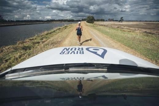 굴리는 6대륙을 대표하는 강 주위를 달리는 '6 리버 런'을 포함해 40일 동안 40개 마라톤 완주의 의미를 돋을새김했다. 인디펜던트 홈페이지 캡처