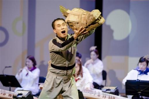 아이들이 좋아하는 공룡을 소재로 한 국립국악관현악단의 '아빠 사우루스'. 국립국악관현악단 제공