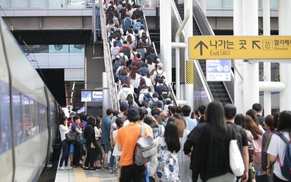 지난해 서울시 공무원 임용 필기시험 날, 응시생들로 붐비는 서울역