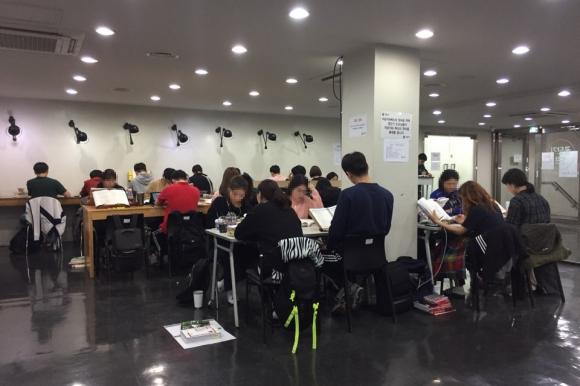 공무원 학원 복도에서 공부하는 수험생들