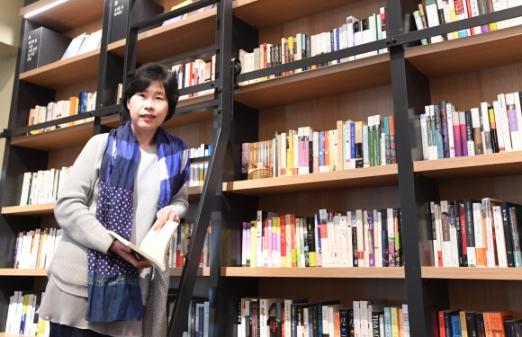 """최인아책방 서가에 꽂힌 책 한 권 한 권은 최인아 대표의 기획과 아이디어가 빚어낸 결과물이다. 최 대표는 """"책을 중심으로 사람들이 모여서 생각의 숲을 이루는 문화 공간을 꿈꾼다""""고 말했다. 최해국 선임기자 seaworld@seoul.co.kr"""