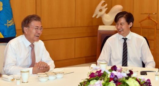 11일 문재인 대통령이 청와대에서 신임 참모진들과 오찬을 함께 하며 활짝 웃고 있다.  오른쪽은 조국 민정수석. 2017. 05. 11 안주영 기자 jya@seoul.co.kr