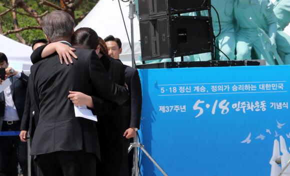5.18 희생자 딸과 포옹하는 문 대통령