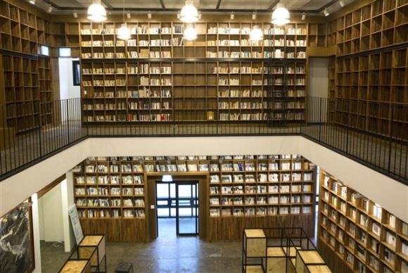 38년간 출판인으로 한국 '사상의 저수지'를 자임했던 조상호 나남출판사 회장은 경기 포천의 나남수목원에 설립한 책박물관이 나무와 책이 주는 안식의 공간이 되길 희망했다. 책박물관의 1층 북카페와 2층 서가.  나남출판사 제공