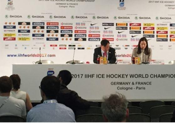이희범(왼쪽) 2018 평창동계올림픽 조직위원장이 지난 16일 독일 쾰른에서 기자회견을 열처 평창 대회 준비 상황 등을 설명하고 있다. 평창동계올림픽 조직위원회 제공