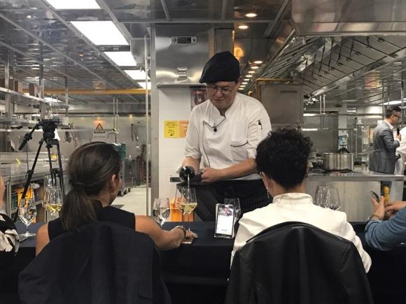 와인 따르는 로봇공학자 데니스 홍 지난 18일, 서울 삼성동 그랜드인터컨티넨탈 서울파르나스에서 열린 자선 요리대결에서 데니스 홍 교수가 기부자 평가단들에게 와인을 따르고 있다.