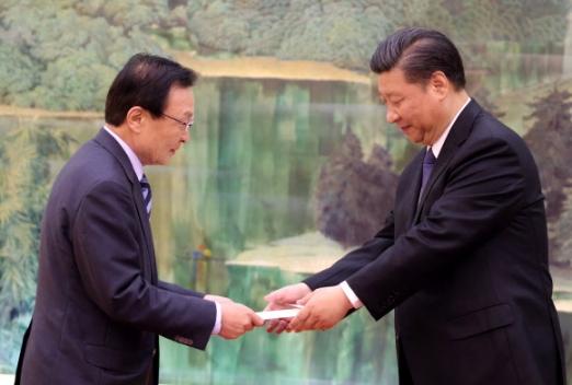 시진핑 주석에게 친서 전달하는 이해찬 19일 오전 중국 베이징 인민대회당에서 이해찬 중국 특사가 시진핑 국가주석에게 문재인 대통령의 친서를 전달하고 있다.  연합뉴스