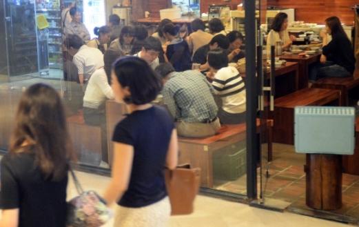 사람들로 붐비는 식당가 점심시간을 맞은 서울의 한 식당가가 사람들로 붐비고 있다. 서울신문DB