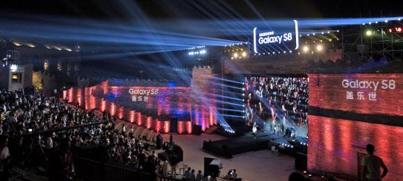 삼성전자는 지난 18일 중국 베이징 외곽 구베이슈에이전에 야외 특설무대를 마련하고 협력사와 언론인 1000여명을 초청해 갤럭시S8 제품을 공개했다. 삼성전자 제공