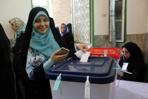 활짝 웃으며 투표하고 있는 이란 여성 19일(현지시간) 테헤란 남부의 한 투표소에서 활짝 웃으며 자신의 투표권을 행사하고 있는 이란 여성 2017.05.19 사진=AFP 연합뉴스.