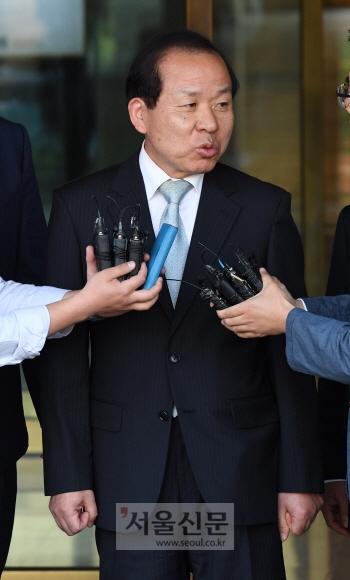 19일 새 헌법재판소장 후보가 된 김이수 헌법재판소장 권한대행이 서울 재동 헌법재판소에서 취재진의 질문에 답하고 있다. 손형준 기자 boltagoo@seoul.co.kr