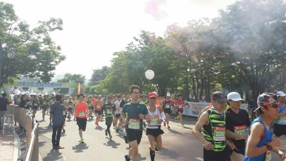 20일 서울 상암동 월드컵경기장에서 열린 제16회 서울신문 하프마라톤 대회에서 참가자들이 맑은 공기를 마시며 달리고 있다.