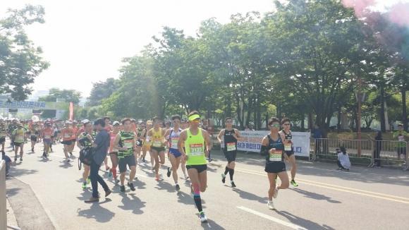 20일 서울 상암동 월드컵공원 평화의 광장에서 열린 제16회 서울신문 하프마라톤대회에 참가한 마라토너들이 맑은 공기를 마시며 달리고 있다.