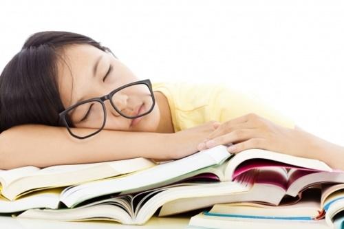 초등학생의 수면시간이 1시간 적으면 또래보다 이른 초경을 경험할 확률이 2배 높아지는 것으로 나타났다. 학업시간과 스마트폰 이용시간이 늘면서 여학생들의 수면시간은 계속 짧아지고 있다. 사진=포토리아