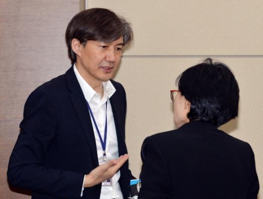 지난달 29일 청와대 여민관에서 열린 수석보좌관회의에서 조국(왼쪽) 민정수석과 조현옥 인사수석이 대화를 하고 있다. 안주영 기자 jya@seoul.co.kr