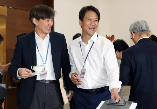 문재인 대통령이 8일 청와대에서 수석보좌관회의를 주재했다. 회의 시작 전 임종석 비서실장과 조국 민정수석이 이야기하고 있다. 2017. 06. 08 안주영 기자 jya@seoul.co.kr
