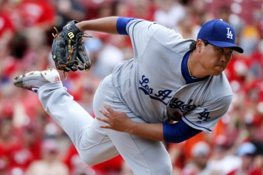 혼신의 투구 류현진(LA 다저스)이 18일 오하이오주 그레이트 아메리칸 볼파크에서 열린 신시내티와의 미국프로야구 메이저리그(MLB) 원정경기에 선발 등판해 1회말 투구를 한 직후 공의 궤적을 바라보고 있다. 신시내티 AP 연합뉴스