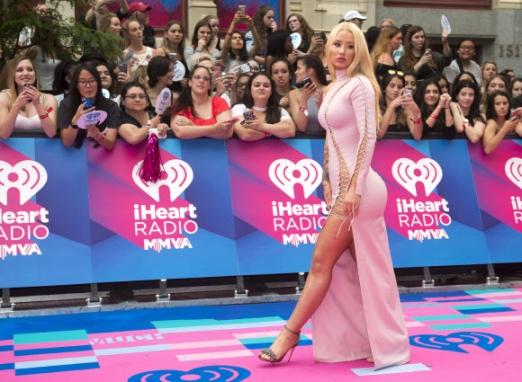 가수 이기 아잘레아가 18일(현지시간) 캐나다 토론토에서 열린 '2017 머치 뮤직비디오 어워즈(Much Music Video Awards)' 레드카펫 행사에 입장하고 있다. AP 연합뉴스