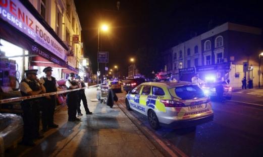 예배 마친 무슬림에 차량 돌진…부상자 다수 발생 영국 런던 북부 핀즈버리공원에 있는 핀즈버리 파크 모스크(이슬람사원) 인근 인도에서 19일(현지시간) 테러로 의심되는 차량 공격이 발생한 직후 경찰이 출동, 현장을 통제하고 있다. 현지 언론은 이날 승합차 1대가 모스크에서 예배를 마치고 나오는 신자들을 향해 돌진, 여러명의 부상자가 발생했다고 전했다. 경찰은 현장에서 용의자 1명을 체포해 조사중인 것으로 알려졌다. 2017-06-19 연합뉴스