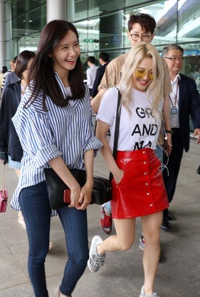 미소 짓는 소녀시대 윤아와 태연