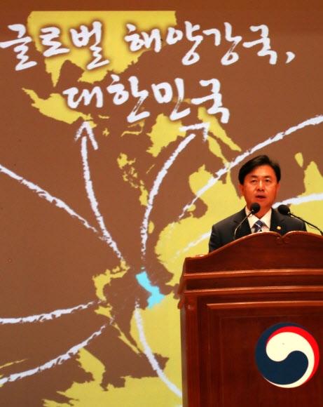 바다로 뻗는 뒤집힌 지도  김영춘 해양수산부 장관이 19일 정부세종청사에서 취임식을 갖고 있다. 세종 연합뉴스