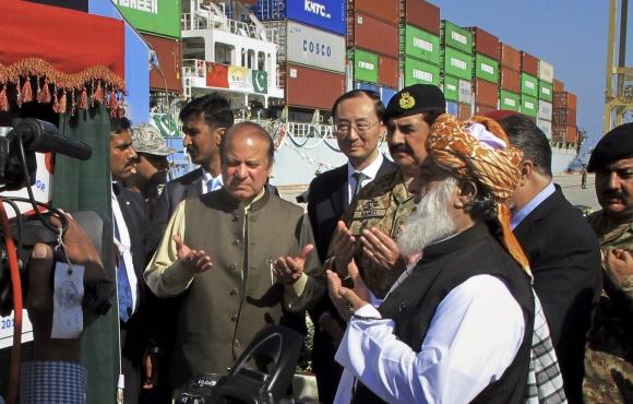 나와즈 샤리프(왼쪽) 파키스탄 총리를 비롯한 파키스탄 정부 관계자들이 지난해 11월 과다르항에서 열린 첫 번째 중국 컨테이너 하역 작업을 참관하며 기도를 드리고 있다. 이날 행사에는 '중국·파키스탄 경제회랑' 프로젝트에 따라 과다르항 운영권을 얻은 중국의 순 웨이동(왼쪽 두 번째) 대사가 배석했다. AP 연합뉴스