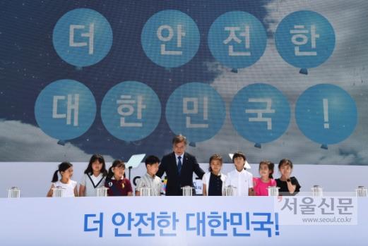 고리 원전 가까운 초등교 어린이들과… '1호기' 정지버튼   문재인 대통령이 19일 부산 기장군 한국수력원자력 고리원자력본부에서 열린 고리원전 1호기 영구정지 선포식에 참석해 고리 원전과 가장 가까운 초등학교인 월내초 3학년 어린이 8명과 함께 정지 버튼을 누르는 세리머니를 하고 있다. 안주영 기자 jya@seoul.co.kr