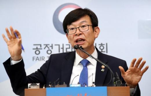 김상조 공정거래위원장이 19일 정부세종청사에서 4대 그룹과의 간담회 계획을 밝히고 있다. 세종 연합뉴스