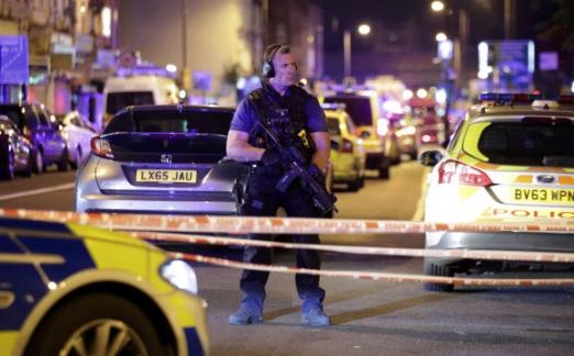 혐오와 보복 19일(현지시간) 영국 런던 북부 핀즈버리 공원 내 모스크 인근에서 차량 테러가 발생하자 무장경찰이 출동해 주변을 경계하고 있다. 이번 테러는 무슬림을 겨냥한 '혐오 범죄' 또는 앞서 이슬람 극단주의자들에 의해 일어난 테러에 대한 보복일 가능성이 제기되고 있다. 런던 AP 연합뉴스