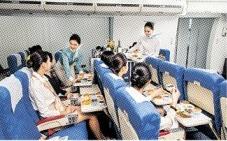 실습 중인 항공운항과 학생들.