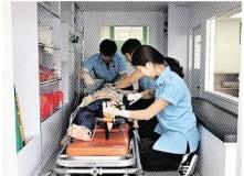 실습 중인 응급구조과 학생들.