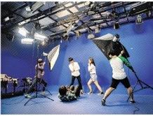 영상 촬영 수업 중인 학생들.
