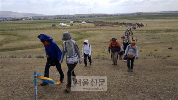 한국인 관광객과 몽골 주민 등 500여명이 18일(현지시간) 몽골 올레 개장식을 가진 뒤 1코스를 걷고 있다.
