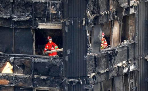 런던 화재 사망자 최소 79명으로 늘어 대형화재가 발생한 영국 런던의 24층 공공 임대아파트 '그렌펠 타워'의 중간층에서 17일(현지시간) 수색·조사 작업이 진행되고 있다. 2017-06-18 사진=AFP 연합뉴스