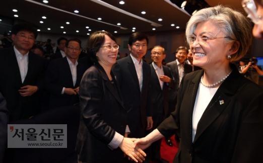참석한 직원들과 일일이 악수  강경화(오른쪽) 외교부 장관이 19일 서울 종로구 외교부 청사에서 열린 취임식을 마치고 직원들과 웃으며 악수를 하고 있다. 박윤슬 기자 seul@seoul.co.kr
